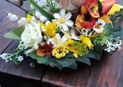 jarný aranžmán z umelých kvetov na pult recepcie hotela