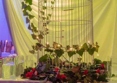 klietka zdobená živými kvetmi Ples Benátska noc