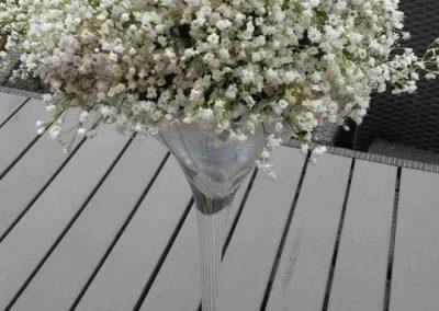 svadobná ikebana modré ruže s gypsophyllou
