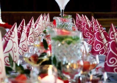 výzdoba sály v červených farbách - oslava narodenín