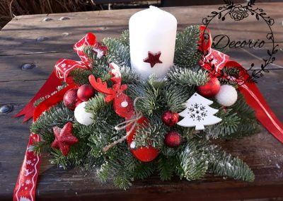 vianočný aranžmán na stôl červený